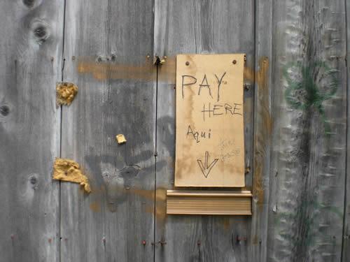 """""""Pay here, aqui. Thanks, gracias."""""""