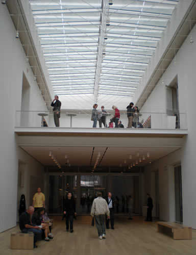 Entrance to the Chicago Art Institute, with people coming and going